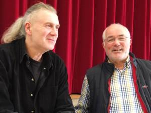 Günter Varney (r.) und Rüdiger Pfeiffer vor der Bühne im großen Saal des Volkshauses Röhlinghausen. © Stadt Herne, Horst Martens