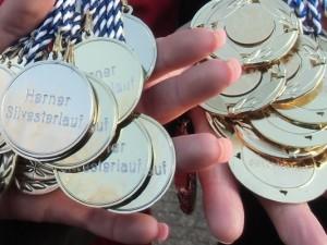 Viele Medaillen warten wieder auf die Teilnehmer des Herner Silvesterlaufs.