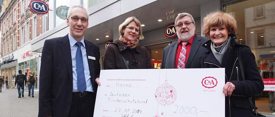 Über die Spende von Christian Tolksdorf (l.) freuten sich: Rosemarie Nowak (r.), Barbara Kania und Bürgermeister Erich Leichner.