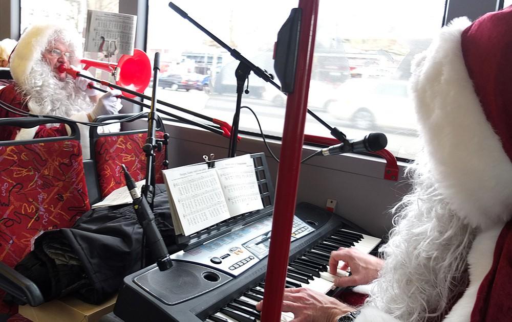 Zwei Nikoläuse - Christian Ribbe und Gerald Gatawis - haben eine improvisierte Musikecke im Bus installiert. © Stadt Herne, Horst Martens