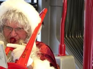 Singen im Bus - hinter dem weihnachtlichen Kostüm verbirgt sich Musikschulleiter Christian Ribbe. © Stadt Herne, Horst Martens