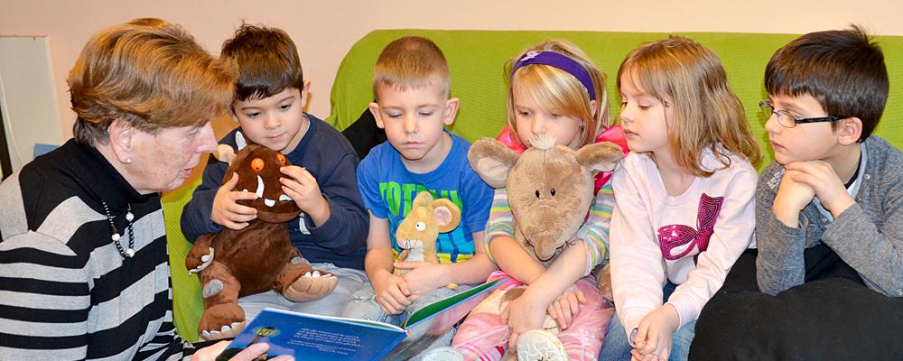 """Sybille Czybulka liest Kindern der Kita """"Rappelkiste"""" vor. © Stadt Herne, Christoph Hüsken"""