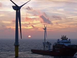Frischer Wind für Ökostrom: Mit einem Spezialschiff werden die Windanlagen vor Borkum nach und nach in Betrieb genommen.