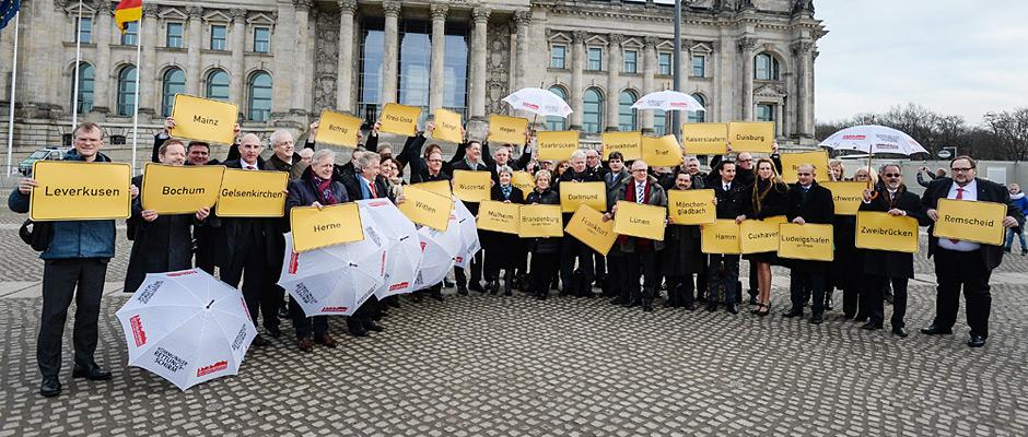 OB Horst Schiereck und Kämmerer Dr. Hans Werner Klee bei der Aktion vor dem Berliner Reichtstag. ©Walter Schernstein