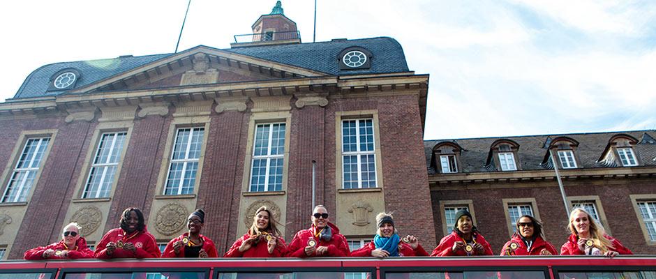 Die HTC-Damen vor ihrem Start am Herner Rathaus. ©Frank Dieper, Stadt Herne