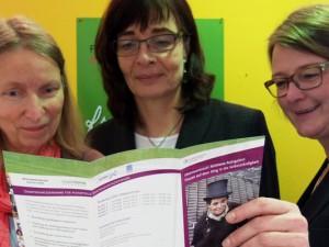 Schauen gespannt ins Programm (v.l.) Ulrike Hammerich, Ulrike Sorge und Susanne Stegemann. ©Stadt Herne, Michael Paternoga