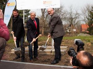Eingerahmt von ASB-Geschäftsführer Albert Okoniewski und Architekt Guido Vollmer nahm OB Schiereck den Spatenstich vor. ©Frank Dieper, Stadt Herne