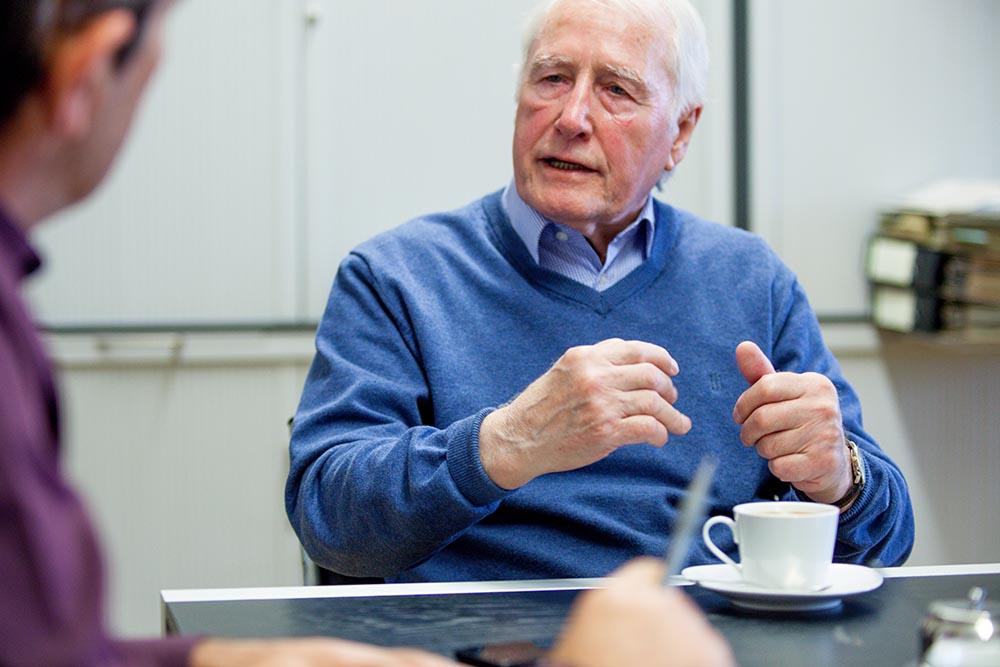 """Tilkowski beim inherne-Interview: """"1955 – in meinem ersten Jahr bei Westfalia - bin ich mit dem Zug nach Herne gekommen, morgens um sechs habe ich angefangen zu arbeiten"""". © Frank Dieper, Stadt Herne"""