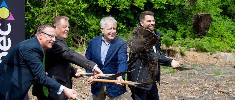 Griffen zum Spaten (v.r.): Christoph Rullmann, Horst Schiereck, Uwe Plattes (Geschäftsführer Innospec) und Christian Ueckwitz (Sales drirector Innospec). ©Frank Dieper, Stadt Herne
