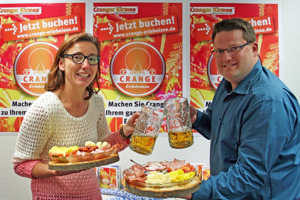 Astrid Jordan und Timo Krupp von Stadtmarketing präsentieren die neuen Bayernzelt-Erlebnisse.