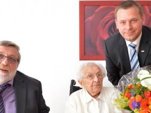 Das Foto zeigt Frieda Ungethüm mit Bürgermeister Erich Leichner und dem ASB-Fachbereichsleiter für Pflege & Organisation Tobias Ahrens. Foto: Stefan Kuhn