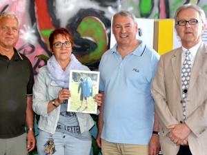 von links nach rechts: Uwe Ziech (Initiator der Nepal-Aktion), Eva Joniak (Lehrerin Mont-Cenis-Gesamtschule), Prof. Volker Eichner (1. Vorsitzender Förderverein Kulturbrauerei Eickel), Burkhard Ladewig (2. Vorsitzender ID55) © ID55.