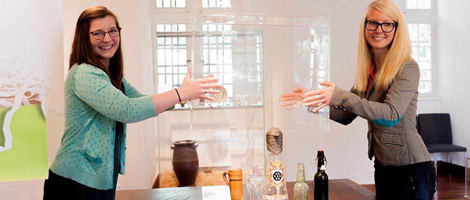 Die Kuratorinnen Christina Steuer und Katharina Hülscher