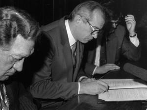 Vor 25 Jahren: Oberbürgermeister Willi Pohlmann (li.) und sein Amtskollege aus Belgorod unterzeichneten am 19. Februar 1990 im Herner Ratssaal den Partnerschaftsvertrag.