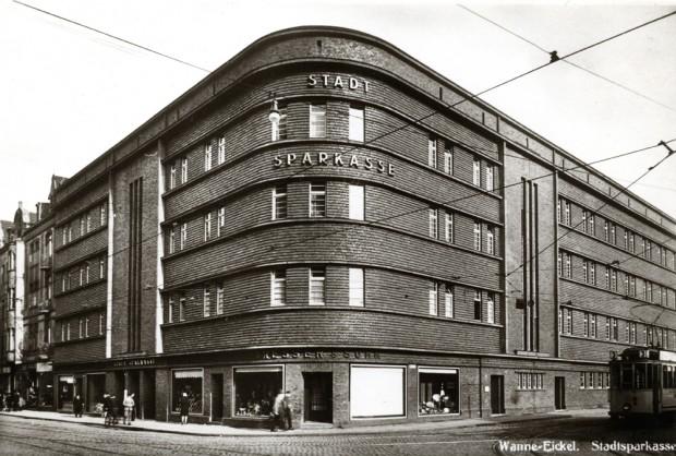 """Brokmann mag den Stil des """"Neuen Bauens"""" der 1920er Jahre - so wie er sich hier beim massiven Backsteinensemble an der Hauptstraße, der ehemaligen Wanner Sparkasse, offenbart. © Stadt Herne"""