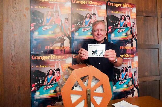 Oberbürgermeister Horst Schiereck bei der Ziehung der glücklichen Gewinner. ©Michael Paternoga, Stadt Herne