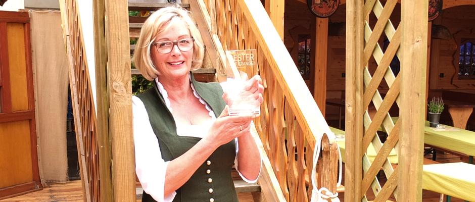 Trudi Renoldi mit dem Schausteller-Award in ihrem Almhütten-Dorf. © Samira Rehrmann.
