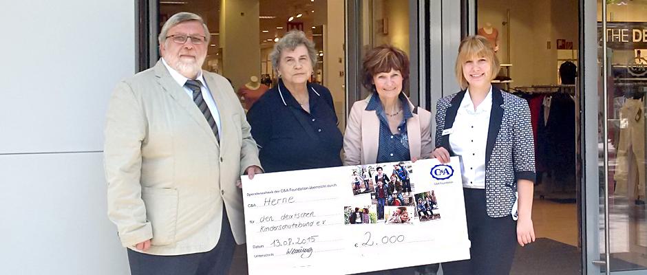 Ilse Hock und Rosemarie Nowak vom Kinderschutzbund freuen sich über die Spende, die Filialleiterin Romina Wenning ihnen übergibt, vermittelt von Bürgermeister Leichner.