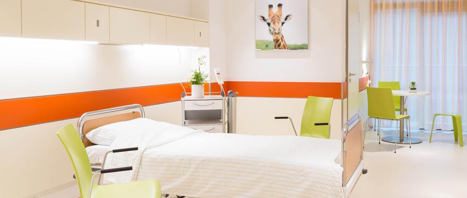 Die großzügigen Patientenzimmer sind dank der großflächigen Fenster lichtdurchflutet. Durch ihre helle und freundliche Gestaltung sorgen sie für ein angenehmes Ambiente.