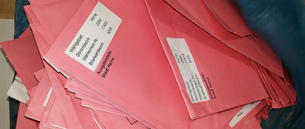 Briefwahlzentrale am Westring: Dieser Sack voll roter Briefe muss ausgezählt werden. Foto: Sandra Wenskat.