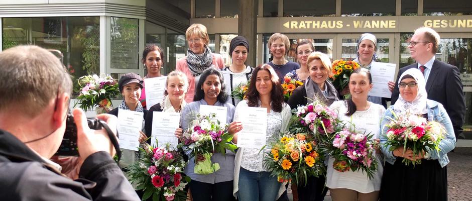 Die Demenzbegleiterinnen mit ihren Zertifikaten und die Kooperationspartner. © Stadt Herne, Horst Martens