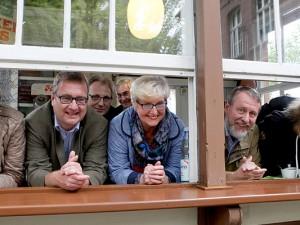 """Können """"trockenen Fußes"""" rausschauen: Annette Kleyboldt, Oliver Doetzer-Berweger, Frau Hagen, Frank Sichau, Hotte Schröder und Volker Lange. © Stadt Herne, Horst Martens"""