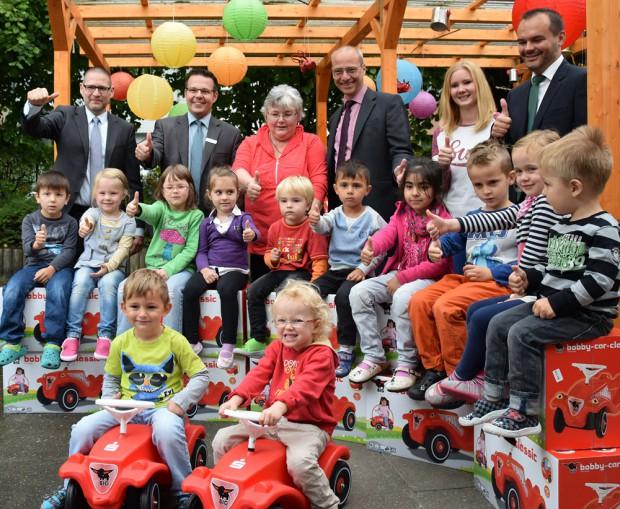 Die Sponsoren Andreas Reddig und Dirk Ploetzke von der Herner Sparkasse sowie Carsten Paetzel und Bernd Backhaus von der Deutschen Leasing freuen sich mit den Kindern.