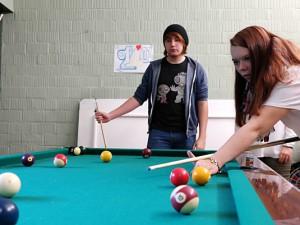 Poolbillard ist eine beliebte Freizeitbeschäftigung der Jugendlichen, die den Abenteuerspielplatz besuchen. Foto: Philipp Stark/ Stadt Herne