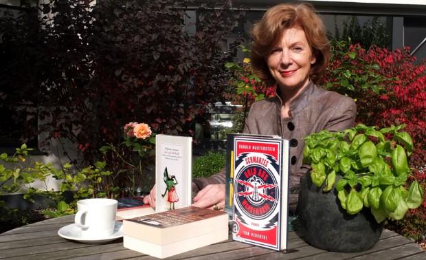 """Elisabeth Röttsches präsentiert Bücher, die bei Lesungen in der """"Alten Druckerei"""" vorgestellt werden. © Stadt Herne, Horst Martens"""