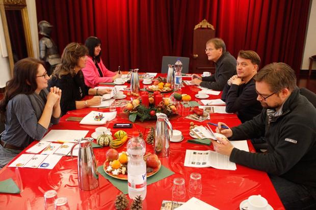 Erzeugte im Oktober adventliche Atmosphäre - das Kaminzimmer des Schlosses Strünkede bei der Pressekonferenz. © Stadt Herne,