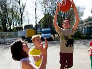 Basketballspielen auf dem Abenteuerspielplatz. © Frank Dieper, Stadt Herne.