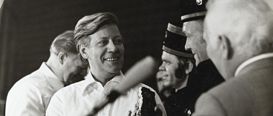 Helmut Schmidt unterhält sich in Herne mit Bergleuten. © Bildarchiv der Stadt Herne.