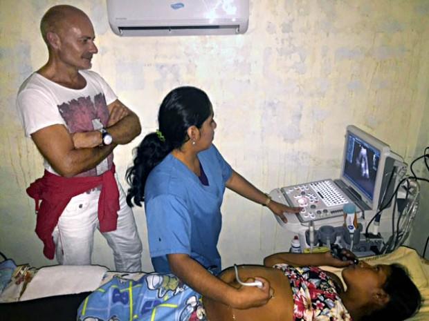 Dr. Markus Bruckhaus-Walter mit Radiologin und 14jährige Schwangere in der 36. Schwangerschaftswoche