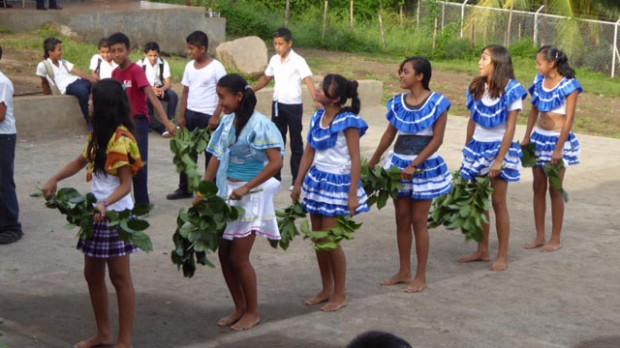 Die Tanzgruppe der Schule in La Palma tanzt den Tanz der Blattschneideameisen