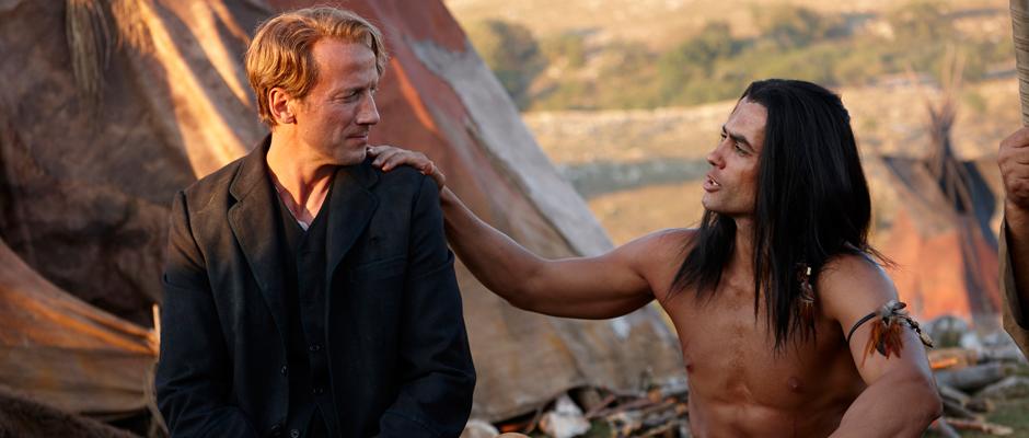 Old Shatterhand (Wotan Wilke Möhring) und Winnetou (Nik Xhelilaj) bei einer Drehpause im Apatschenlager. © RTL