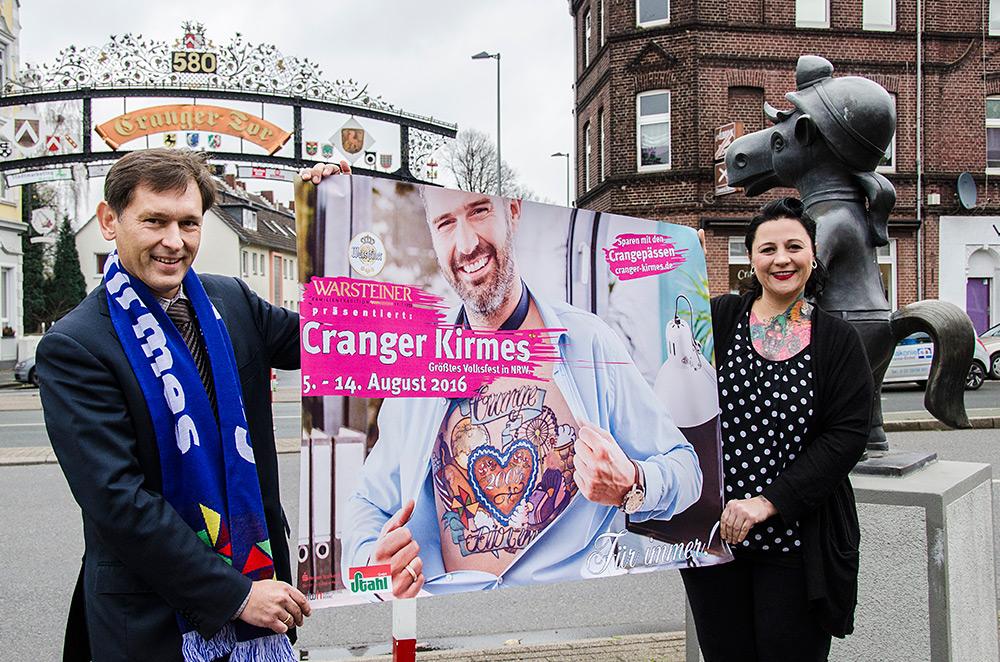 Oberbürgermeister Dr. Frank Dudda und Tattoo-Künstlerin Jessica Kerzel präsentieren das Plakat zur kommenden 581. Cranger Kirmes. ©Thomas Schmidt, Stadt Herne