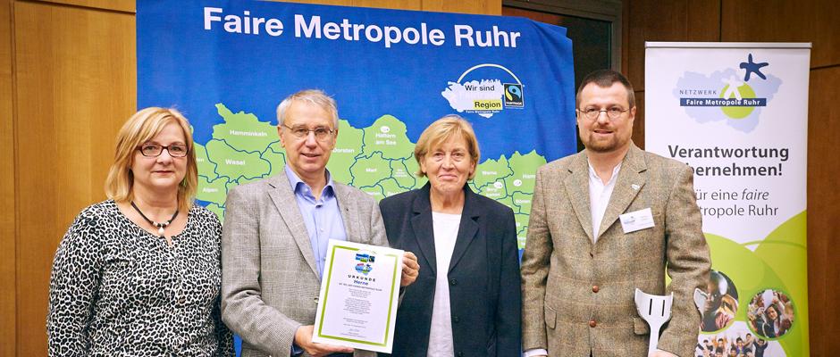 Fairtrade Geschäftsführer Dieter Overath (2.v.l.) überreichte der Herner Delegation mit Bürgermeisterin Andrea Oehler, Hildtrud Buddemeier und Markus Heißler (v.l.n.r) die Rezertifizierungsurkunde. © Faire Metropole Ruhr e.V./Jan Drews