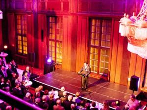 Mehrere 100 Besucher lauschen der Rede von Oberbürgermeister Dr. Frank Dudda. © Frank Dieper, Stadt Herne.
