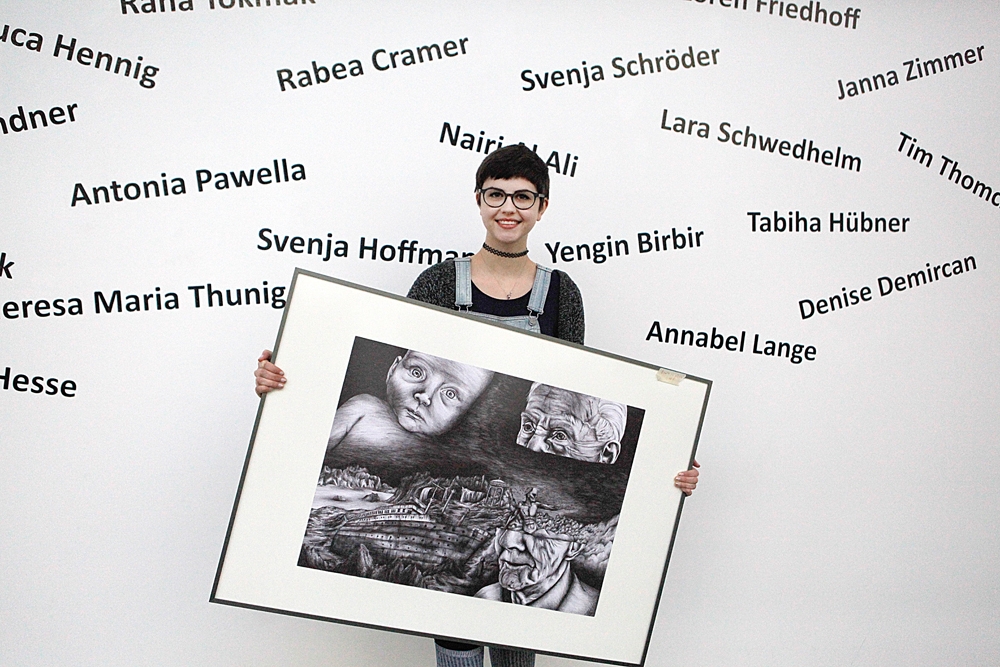 Annabell Lange mit ihrem Gemälde vor der Teilnehmertafel.