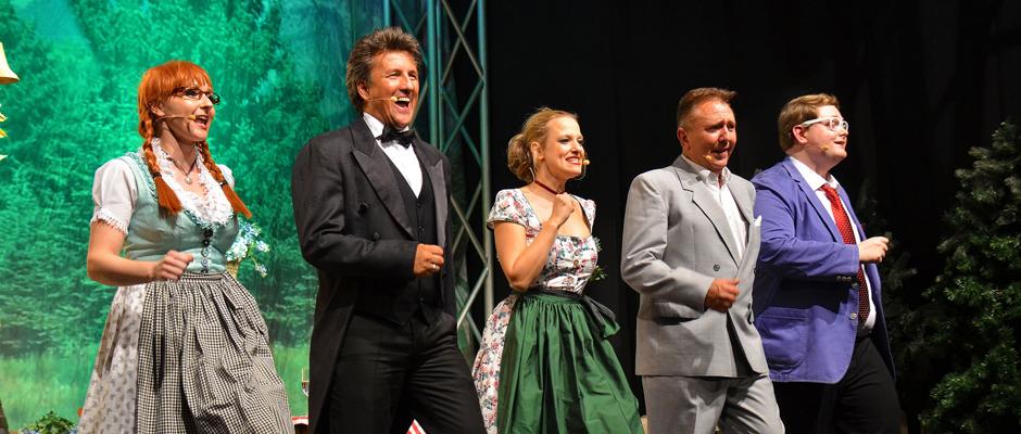 """Das Ensemble von """"Servus Peter"""" mit dem Hauptdarsteller Peter Grimberg (2.v.l.). © ceem records - Heinz gruss"""