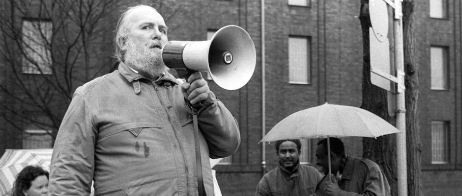 Harald Rohr protestiert gegen die Inhaftierung von Flüchtlingen. © Archiv Ralf Piorr.
