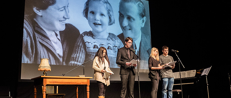 Schüler mit ihrer Darbietung über die Geschichte der Familie Günzburger. © Thomas Schmidt, Stadt Herne.