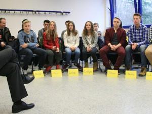 Dr. Frank Dudda stellte sich den Fragen von 24 Schülerinnen und Schülern. Foto: Philipp Stark / Stadt Herne