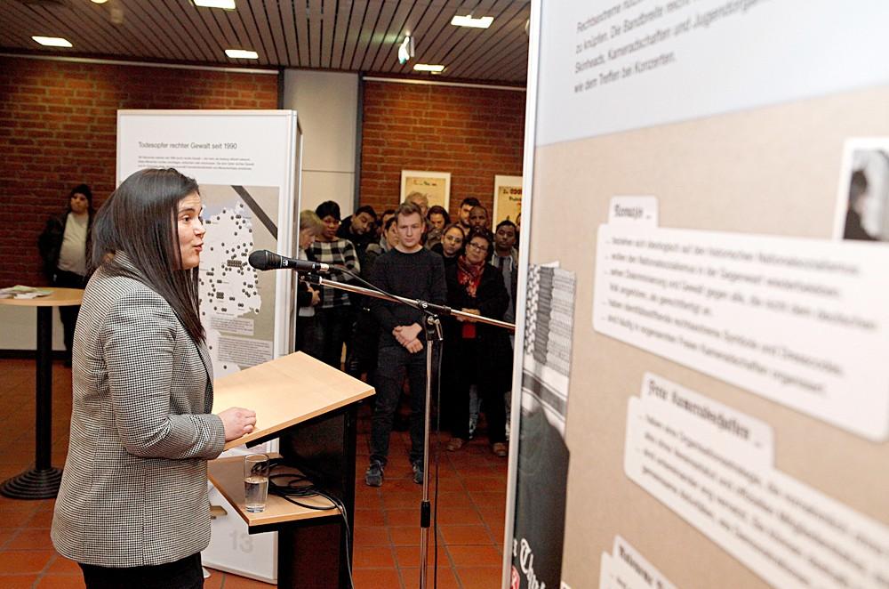 Nuru Ates von der IFAK erläuterte die Plakat-Präsentation. © Stadt HErne, Horst Martens.