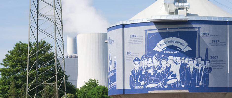 """Kläranlage Herne mit Silke Wagners großformatigem Mosaik """"Glückauf. Bergarbeiterproteste im Ruhrgebiet"""" (Emscherkunst 2010). Foto: Roman Mensing/Emscherkunst"""