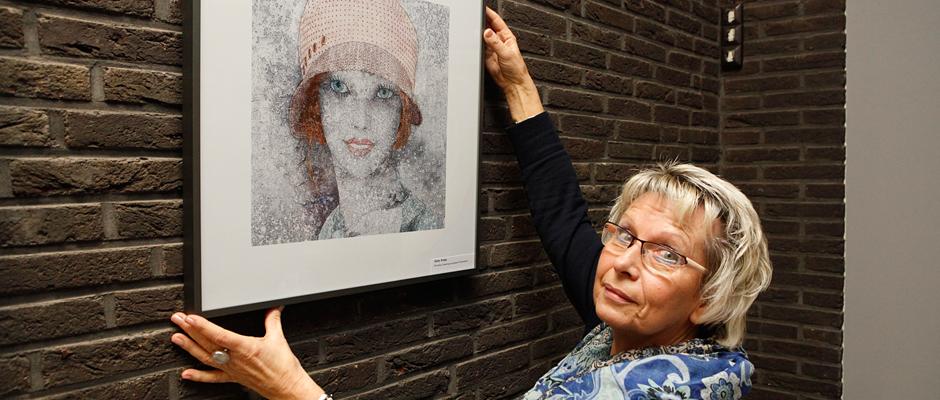 Gaby Kniep montiert eines ihrer Composing-Fotos. © Stadt Herne, Horst Martens.