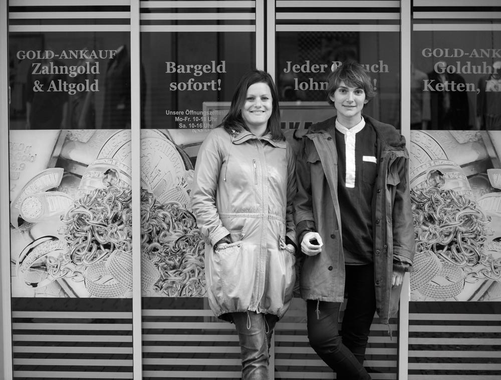 """Portraitfoto des Künstlerinnenduos Stracke & Seibt, das für die Emscherkunst 2016 ihr partizipatives Projekt """"WATER COLOR"""" realisiert. Foto: Roman Mensing/Emscherkunst"""