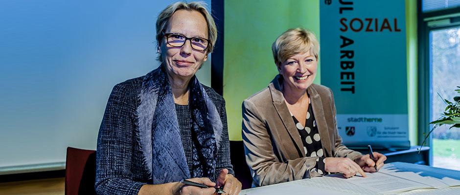 Schuldezernentin Gudrun Thierhoff (l.) und Susanne Blasberg-Bense unterschreiben die Kooperation. Foto: Frank Dieper