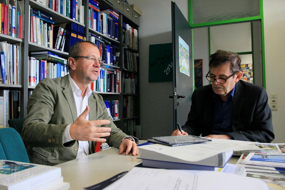 Professor Holzmüller im Gespräch mit inherne-Redakteur Horst Martens. © Stadt Herne, Philipp Stark.