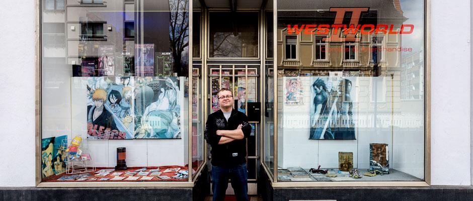 Geschäftsführer Michael Grohnemann vor seinem Landen an der Bahnhofstraße. © Sascha Rutzen.